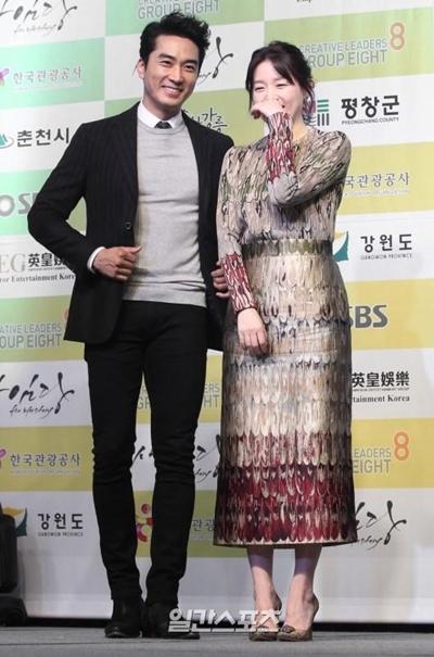 俳優ソン・スンホン(左)と女優イ・ヨンエ(右)