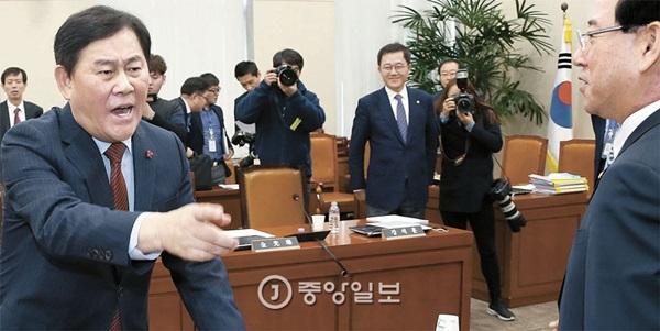 7日、国会企画財政委員会全体会議が行われ、会議に参加した崔ギョン煥副首相兼企画財政部長官(左)が感情をあらわにしている。右側は新政治民主連合の金瑛録(キム・ヨンロク)議員。
