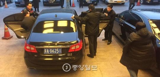 王家瑞前中国中央対外連絡副部長が乗った紅旗乗用車が12日午後4時53分(現地時間)、北京民族ホテルを去っている。王前部長は池在竜(チ・ジェリョン)駐中北朝鮮大使と牡丹峰(モランボン)楽団公演問題について話し合ったことが分かった。右側は池在竜駐中北朝鮮大使のベンツ。