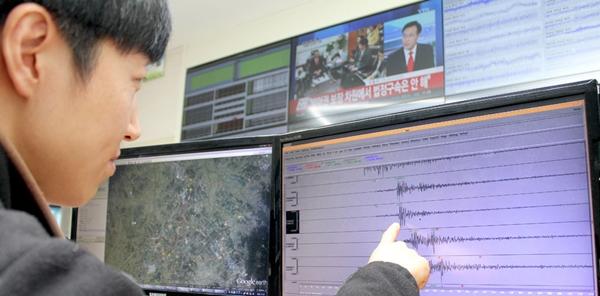 大田市儒城区(ユソング)の韓国地質資源研究院地震研究センターで研究員が22日、地震状況を分析している。この日午前4時30分ごろ、全羅北道益山市(イクサンシ)北側9キロ地点でマグニチュード3.9の地震が発生したが、被害はなかった。(写真=韓国地質資源研究院)