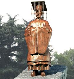 純宗皇帝の銅像鳥瞰図。大礼服姿の純宗が橋の上に立っている。(写真=大邱中区)