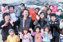 クリスマスを迎えて海南タンクッ児童センターを訪れた脱北者とセンターの子どもたち。