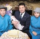 モンゴルのチメディーン・サイハンビレグ首相が今年2月、人口300万人目の主人公の赤ちゃんを抱いている。首相は出生1カ月後に家を訪れて母親に「300万人目の国民」証明書とお祝いのケーキを渡した。ツァヒアギーン・エルベグドルジ大統領はモンゴルジンという名前をつけ、7000万トゥグルグ(約4100万ウォン)相当の家をプレゼントした。モンゴルは昨年、94年ぶりに新生児記録を更新した。(写真=モンゴル政府)
