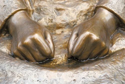 在韓日本大使館前の慰安婦少女像。両手のこぶしを固く握っている。