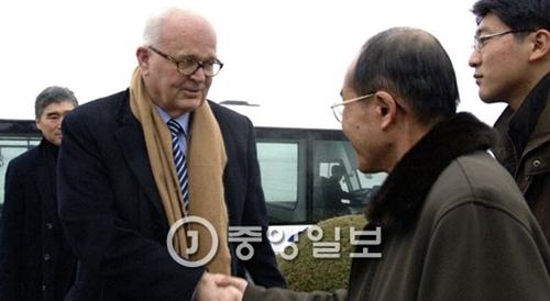 2009年末、ボズワース北朝鮮担当特別代表(左から2人目)が平壌(ピョンヤン)空港に到着して挨拶を交わしている。(写真=中央フォト)