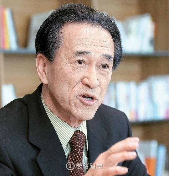 チェ・サンヨン高麗(コリョ)大学名誉教授は7日『中庸の人生-韓日関係についての省察、オーラルヒストリー(Oral History)記録』出版記念会を開く。小針進・静岡県立大学教授ら日本の政治学者4人が韓日関係を中心に尋ねてチェ教授が答える口述記録を整理した本だ。