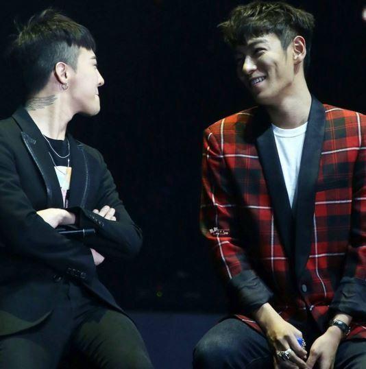 BIGBANGのG-DRAGON(左)とTOP(右)。(写真=SOLのインスタグラム)