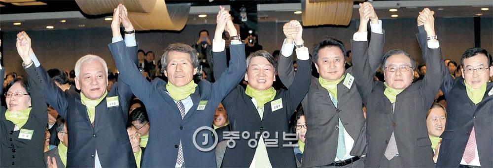 安哲秀議員が主軸となった「国民の党」創党準備委員会が10日にソウルの世宗文化会館で正式に発足した。共同創党準備委員長には韓相震ソウル大学名誉教授と尹汝雋元環境部長官が推戴されたが、尹元長官はこの日の行事には参加しなかった。参席者が手を挙げて支持者の歓呼に答えている。左側から李玉徳成女子大学名誉教授、金ハンギル議員、韓教授、安議員、金栄煥議員、宋永吾元創造韓国党代表、林来玄議員。