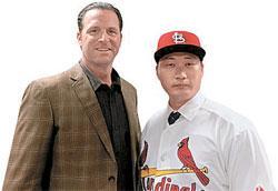 セントルイスのマイク・マシーニー監督(左)と呉昇桓(右)