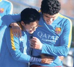 バルセロナ復帰戦を行ったイ・スンウ(左)がチームメートと抱き合って喜ぶ姿(写真=イ・スンウのツイッター)