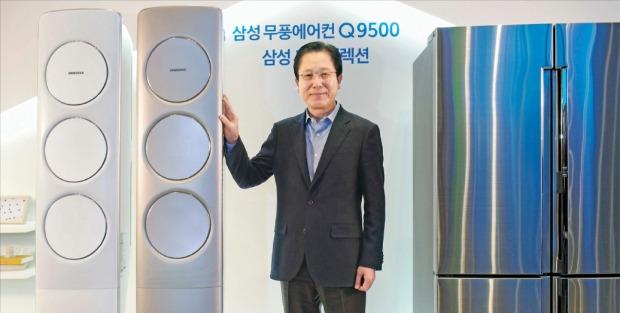 徐丙三(ソ・ビョンサム)サムスン電子生活家電事業部長(副社長)が無風冷房技術を適用したエアコン新製品「無風エアコンQ9500」と、冷凍室に定温冷凍技術を搭載した冷蔵庫新製品「2016年型サムスンシェフコレクション」を紹介している。(写真=サムスン電子提供)