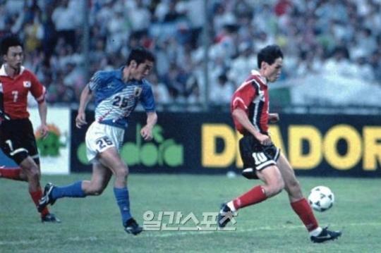 1996年アトランタ五輪アジア最終予選・決勝の韓日戦。右は崔龍洙(チェ・ヨンス)。(中央フォトDB)