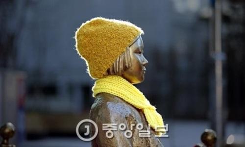 ソウル中学洞(チュンハクトン)の在韓日本大使館前の平和の少女像。
