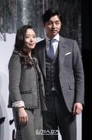 19日午前、ソウル江南区新沙洞の狎鴎亭CGV店で開かれた映画『男と女』の制作報告会に登場した女優のチョン・ドヨン(左)と俳優のコン・ユ。