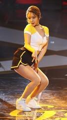 20日、ソウル慶煕大学校平和の殿堂で開かれた「第30回ゴールデンディスクアワード」授賞式で祝賀ステージを披露しているガールズグループのAOA。