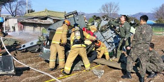 韓国陸軍205航空隊所属のヘリコプター「UH-1H」1機が15日午前、点検飛行中に江原道春川市新北邑の栗文里部隊付近の畑に墜落した。救急隊員と軍関係者が救助作業を行っている。(写真=春川消防署)