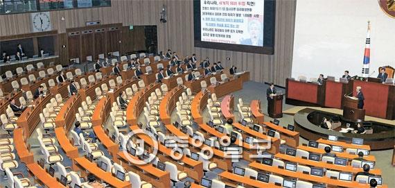 ことし初めての国会対政府質問が開かれた18日午後、国務委員が席について待機している中、国会本会議場の議員席はほとんど空席だった。
