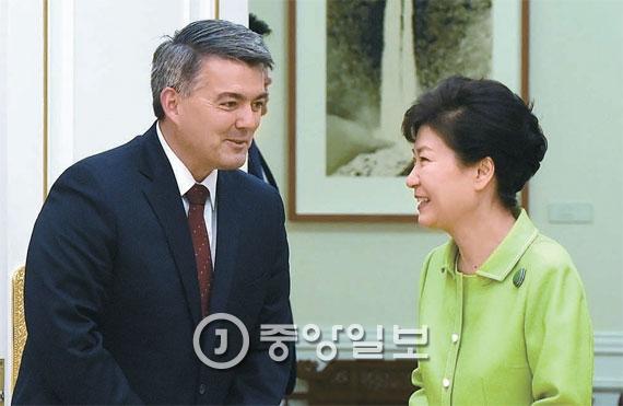 「親韓派」コリー・ガードナー米上院議員(左)が昨年8月に訪韓して朴槿恵大統領と面談している様子。(写真=中央フォト)