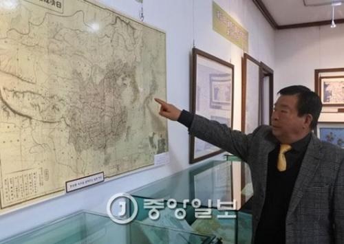 ヤン・ジェリョン館長が独島(ドクト、日本名:竹島)が韓国の領土であることを示した日本軍の地図「日清韓軍用精図」について説明している。