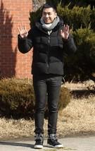 歌手イ・スンギが1日午後、忠清南道論山(ノンサン)陸軍訓練所に入所する前、新錬武台駅に準備された場所でファンとあいさつしている。