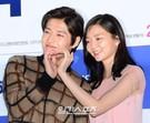 3日、ソウルCGV往十里で行われた映画『ハッピーログイン』の試写会でポーズを取っている俳優カン・ハヌル(左)と女優イ・ソム。