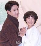 17日、ソウル永登浦のタイムスクエア・アモリスホールで行われたKBSの週末ドラマ『子供が5人』(原題)制作発表会に登場した俳優のヒョンタク(左)と女優シム・イヨン。