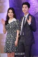 22日、ソウル江南区論硯洞インペリアルパレスソウルで開かれたKBSドラマ『太陽の末裔』制作発表会に登場した女優のソン・ヘギョ(左)と俳優のソン・ジュンギ。