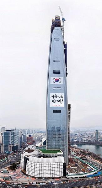 三一節(独立運動記念日)を前に、ロッテワールドタワーに掲げられた超大型の「大韓民国万歳」メッセージ。(写真=ロッテ物産)