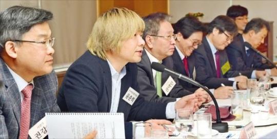 ユン・ジュンヒ韓国ゲーム開発者協会長が3日、国家未来研究院主催でソウル獎忠洞(チャンチュンドン)のソウルクラブで開かれた「産業競争力フォーラム」において「韓国ゲーム産業の国際競争力の現況と向上案」について討論している。