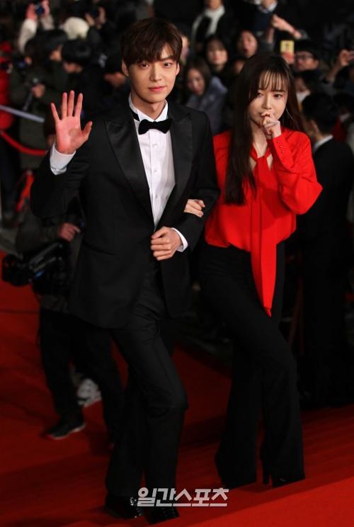 俳優のアン・ジェヒョン(左)と女優のク・ヘソン