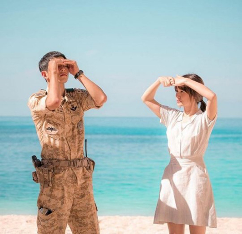 ドラマ『太陽の末裔』で共演中の俳優ソン・ジュンギ(左)と女優ソン・ヘギョ(右)(写真=ソン・ヘギョのインスタグラム)