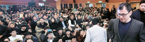 人工知能「アルファ碁」を開発したグーグル傘下ディープマインドのハサビス最高経営責任者(CEO、右)が11日、大田の韓国科学技術院(KAIST)で「人工知能と未来」をテーマに講演した。この日、250人を収容できる講演会場に約500人の学生・教職員が集まった。