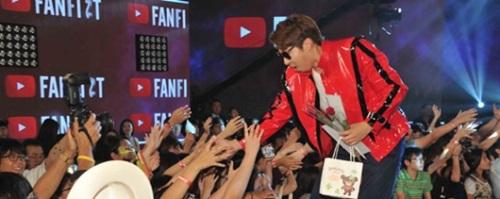 昨年8月末にソウルで開かれた「ユーチューブ(YouTube)ファンフェスタ2015」ではゲーム分野のユーチューブスター「大図書館(実名ナ・ドンヒョン」氏がファンたちと交流した。(写真=ユーチューブ)