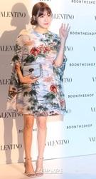 16日、ソウル江南区のBOONTHESHOP清潭で開かれたイタリア・ファッションハウス・ヴァレンティノ「ハワイアン・クチュール・カプセルコレクション」お披露目パーティーに登場した少女時代のティファニー。
