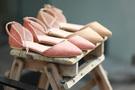 春は服装も明るく軽やかになるもの。今年は特に桜の色や模様を配したスカートと靴が店頭によくディスプレイされています。