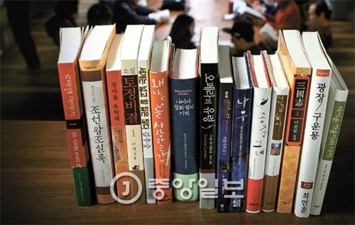 ベストセラー図書目録は一般読者の教養欲求など変化する世相を反映している。写真はチャンビ・文学と知性社など国内15の出版社がそれぞれ1冊ずつ明らかにした自社内の歴代最高ベストセラー図書。