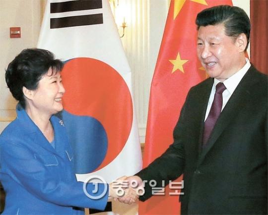朴大統領と中国の習近平国家主席が先月31日午後(現地時間)、米ワシントンのオムニショアハムホテルで韓中首脳会談の前に握手している。