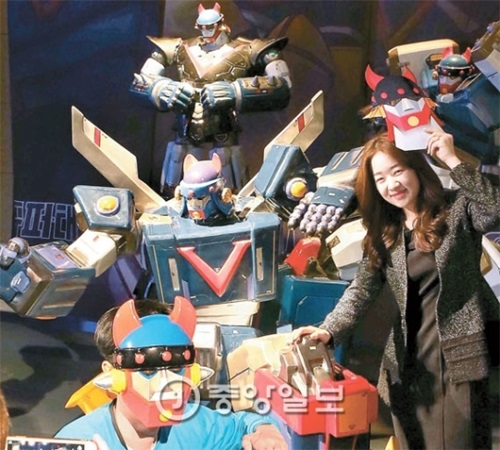 韓国のロボットアニメ「テコンV」誕生から40年を迎え、2メートルサイズのフィギュア約10体が設置された「ロボット・テコンブイ・リターンズ」