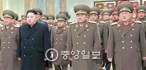 北朝鮮偵察総局の大佐と中国の北朝鮮飲食店従業員の脱北で金元弘(キム・ウォンホン)国家安全保衛部長(前列右)の責任論が浮上している。黄炳瑞軍総政治局長、金正恩第1書記、朴映式人民武力部長、金元弘(前列左から)が昨年12月17日、金正日総書記4周忌を迎え、錦繍山太陽宮殿を参拝している。(写真=中央フォト)