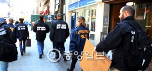 米国ニューヨーク市で13日(現地時間)、スパ施設に偽装した韓国人売春業者の摘発に乗り出した韓米合同取り締まり班。事業主と従業員、韓国人売春女性ら11人が現場で摘発された。