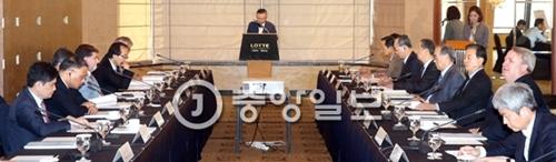 韓半島フォーラムが25日、ソウルロッテホテルで「北核問題と韓半島の平和」をテーマに創立5周年学術会議を開いた。白栄哲(ペク・ヨンチョル)理事長(真ん中)が開会の辞を述べている。韓半島フォーラムは北朝鮮と北東アジア関連分野の最高専門家40余人による平和と統一のロードマップを提示してきた。