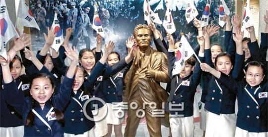 歴史児童合唱団員が尹奉吉(ユン・ボンギル)義士の銅像の前で万歳を叫んでいる。