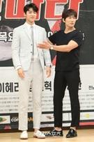 19日、ソウルSBS社屋で開かれたドラマ『タンタラ』の制作発表会に登場したCNBLUEカン・ミンヒョク(左)と俳優チソン。