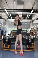 24日、京畿道龍仁スピードウェイのE&Mチームのストックカーの前でポーズを取っているレースクイーンのイ・ダヒ。