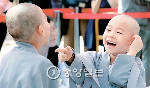 2日、ソウル堅志洞の曹渓寺大雄殿広場で童子僧短期出家断髪・受戒式が開かれた。断髪を終えた童子僧が「丸坊主」と言ってからかい合っている。
