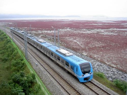 干潟区間を走っている空港鉄道。中国人に最も人気のある車窓の風景を観賞することができる。(写真=中央フォト)