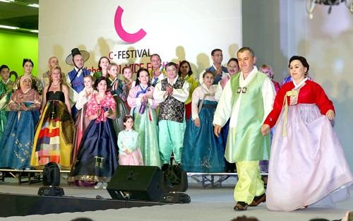 4日、ソウル三成洞のコエックスで開催された「C-フェスティバル」で、韓国駐在外国大使館職員が韓服ファッションショーをしている。