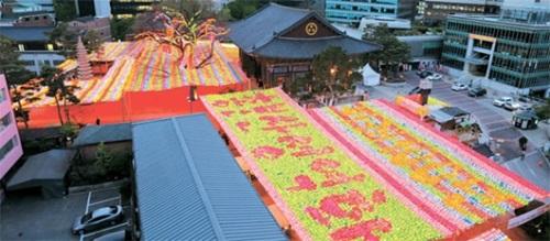 釈迦生誕日(14日)を控え、4日夜、ソウル曹渓寺で多彩に灯篭が点灯されている。(写真=曹渓寺)