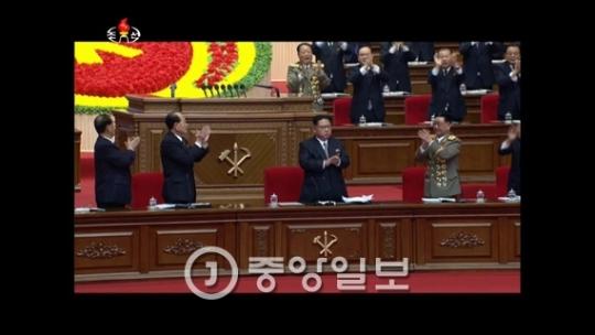 6日に開幕した朝鮮労働党第7会党大会で金正恩第1書記が党中央委員会事業総和報告をしたのに続き、金己男党秘書ら主要幹部が報告内容に対する討論を行った。写真は7日夜に朝鮮中央テレビで報道された事業総和報告と討論の場面。