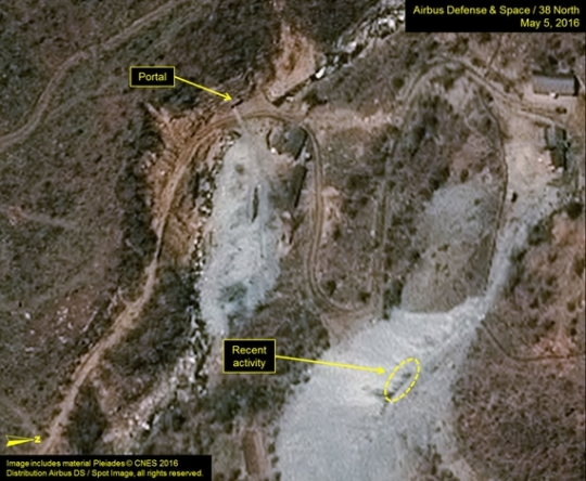 米国の北朝鮮専門ウェブサイト「38ノース」が北朝鮮の豊渓里核実験場付近の統制センターで駐車している車両が観察されたと明らかにした衛星写真の分析結果。38ノースはこれを基に「北朝鮮が追加核実験を準備中のような動き」と分析した。(写真=38ノース)